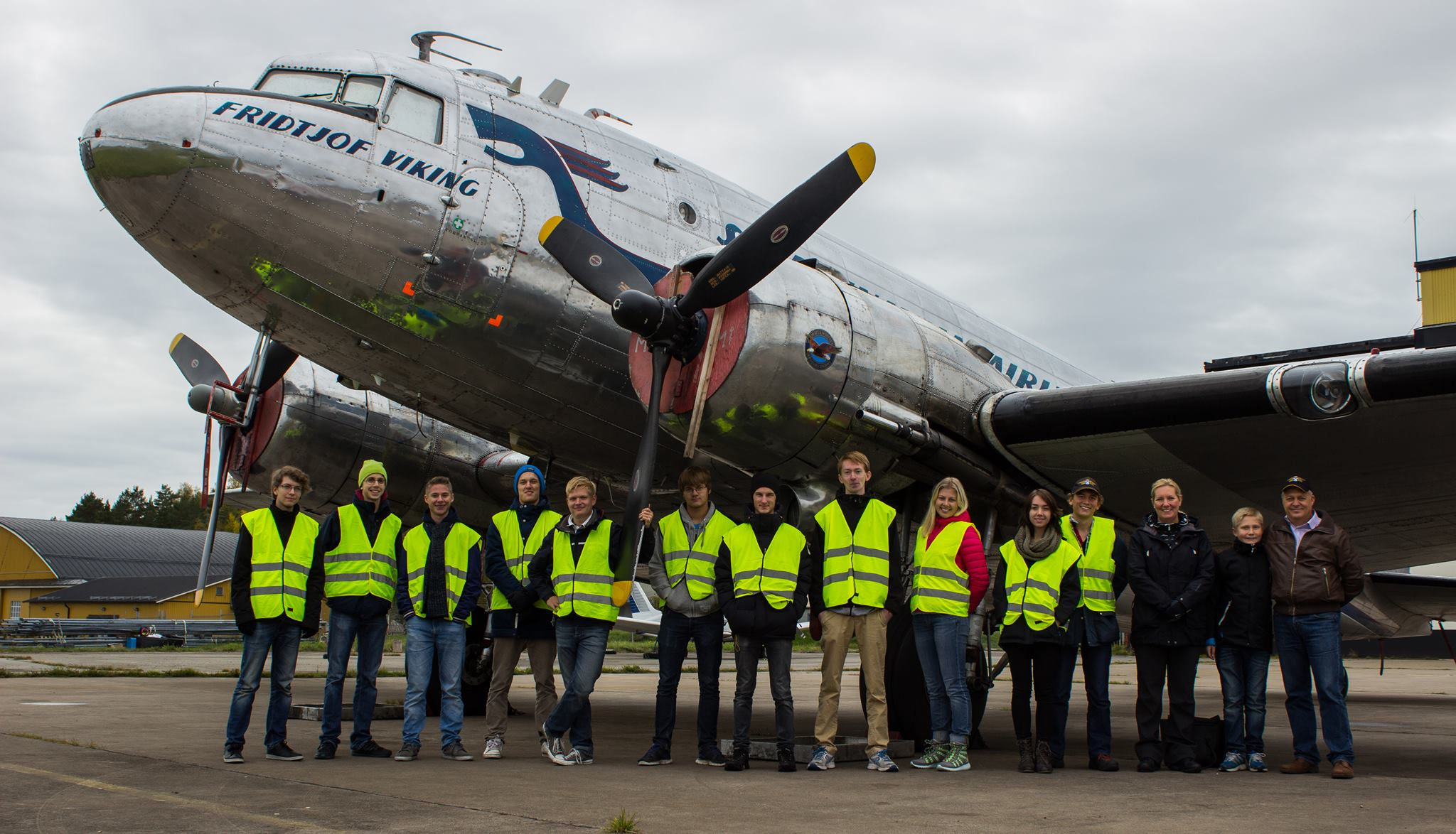 """Gänget framför DC-3 """"Daisy"""" Foto: Felicia Thune"""