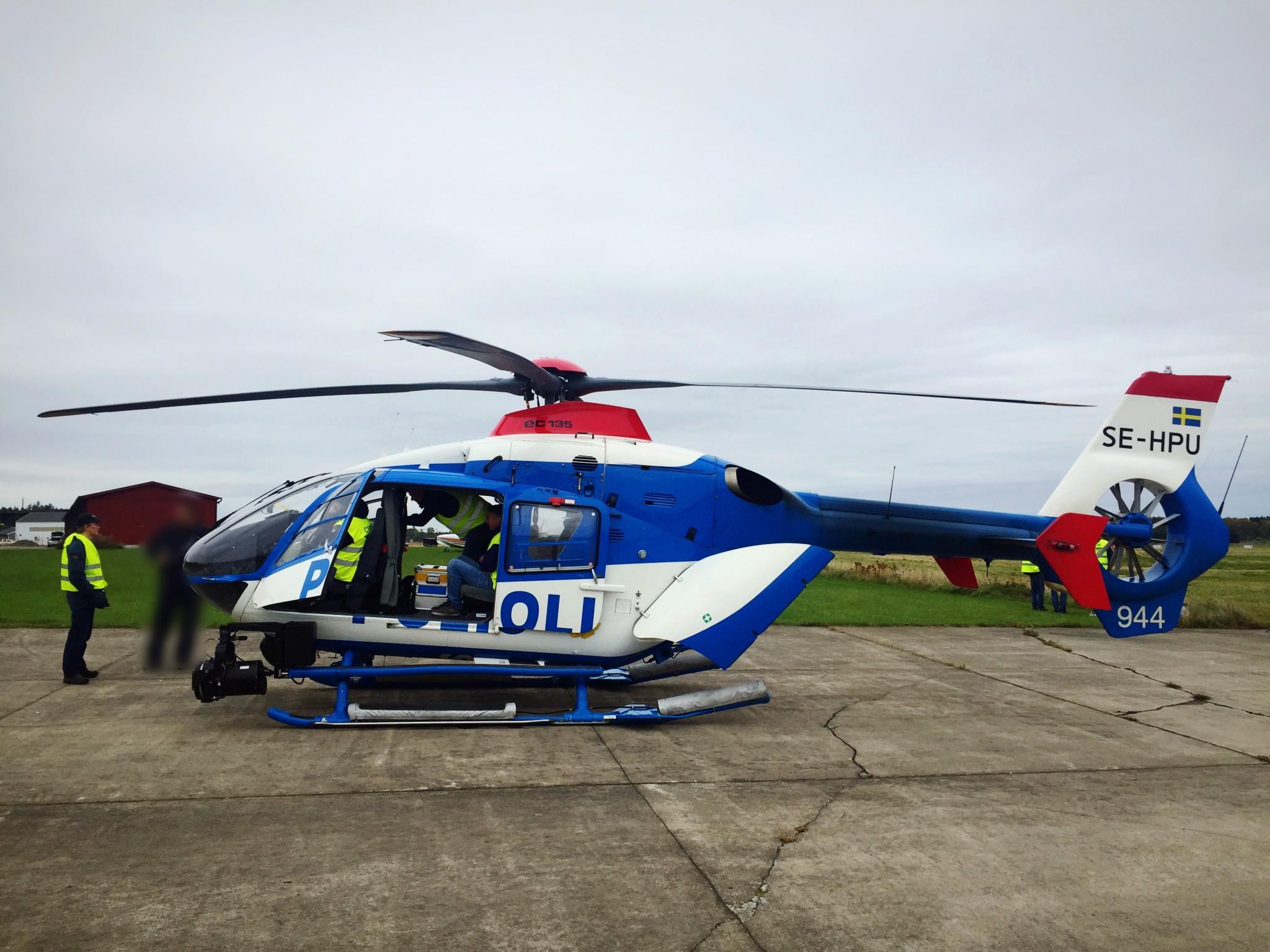Polisens Helikopter besökte Hässlö.  Foto: Daniël van Berlo